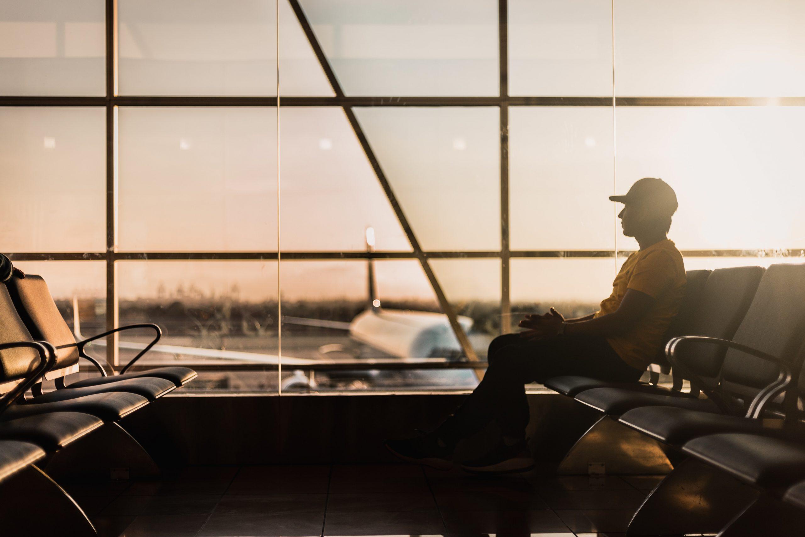 空港に座る男性